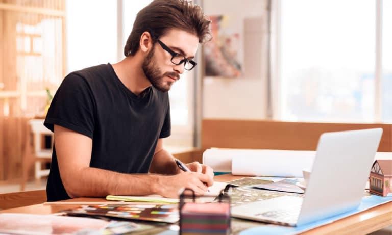 Estudar quando e onde quiser é uma das vantagens do EAD. Conheça outros benefícios de fazer um curso de graduação a distância